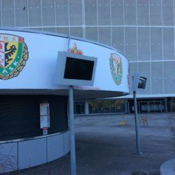 obudowa monitora na zewnątrz stadionu